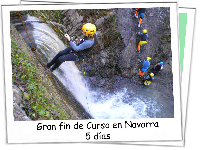 Grupo de jovenes haciendo barranquismo en Navarra